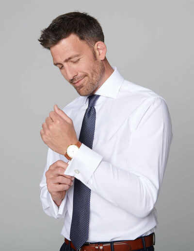 Herr in weißem Maßhemd