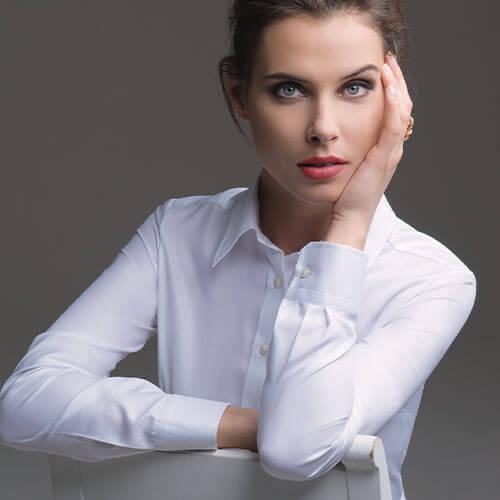 Frau in weißer maßgeschneiderter Bluse