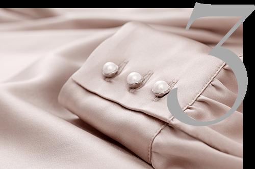 Maßbluse mit Perlenknöpfen